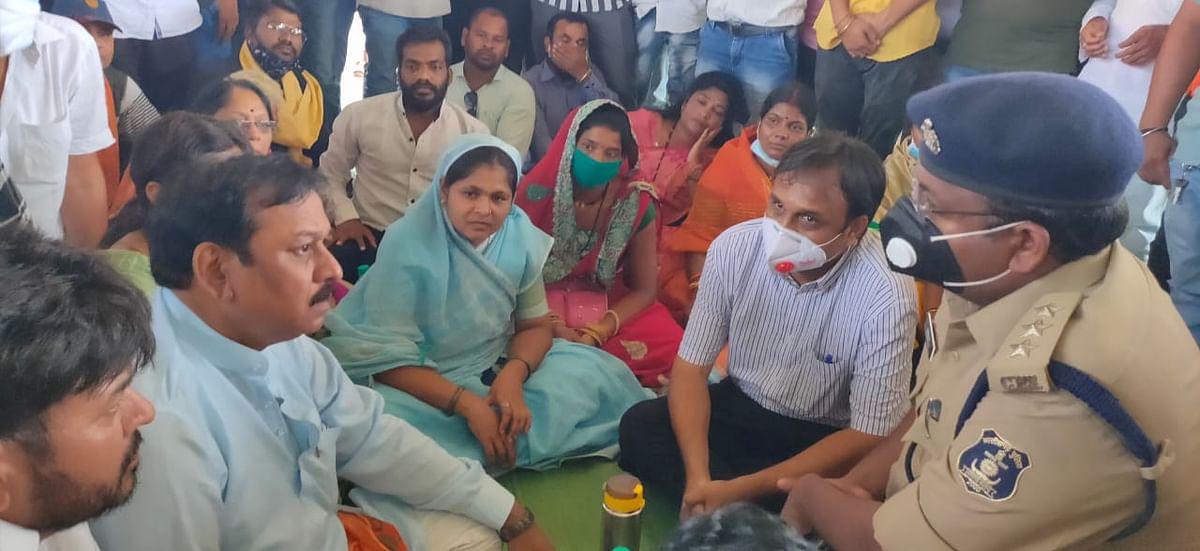 भाजपा कार्यकर्ताओं की निशर्त रिहाई की मांग को लेकर सांसद का आमरण अनशन शुरू