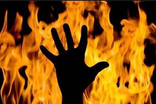 वाराणसी में बुजुर्ग किसान पर पेट्रोल डालकर लगाई आग, हालत गंभीर