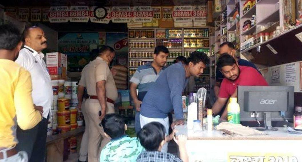 मथुरा : भाजपा नेता की दुकान में लाखों की चोरी, सीसीटीवी में कैद हुई वारदात