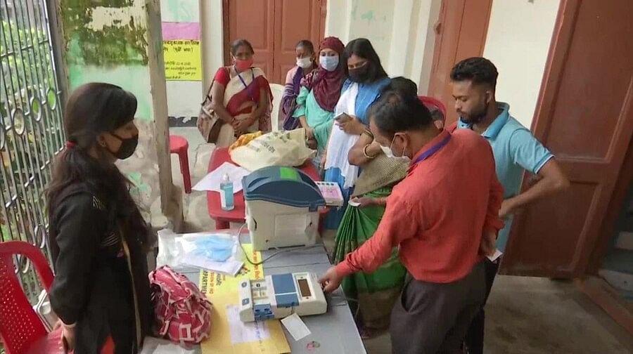 बिहारः पहले चरण की 71 सीटों पर वोटिंग शुरू, कई बूथों पर ईवीएम खराब