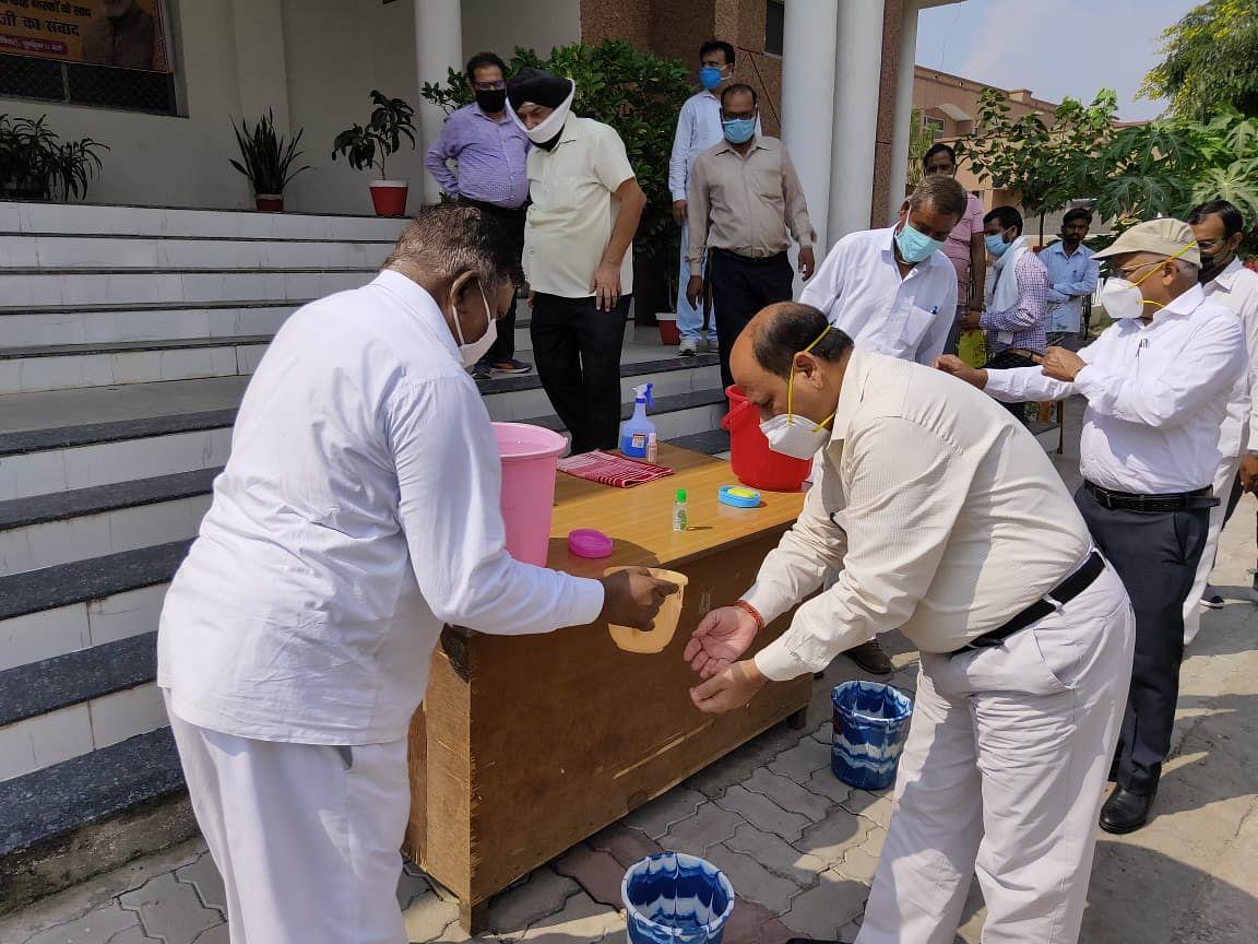 भारतीय संस्कृति में आदिकाल से ही विराजमान है हाथ धुलने की परम्परा : जिलाधिकारी