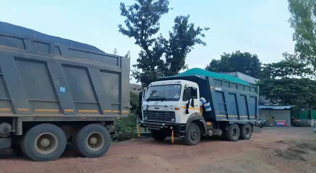रेत ठेकेदार द्वारा कम रायल्टी दिए जाने को लेकर लामबंद वाहन मालिक