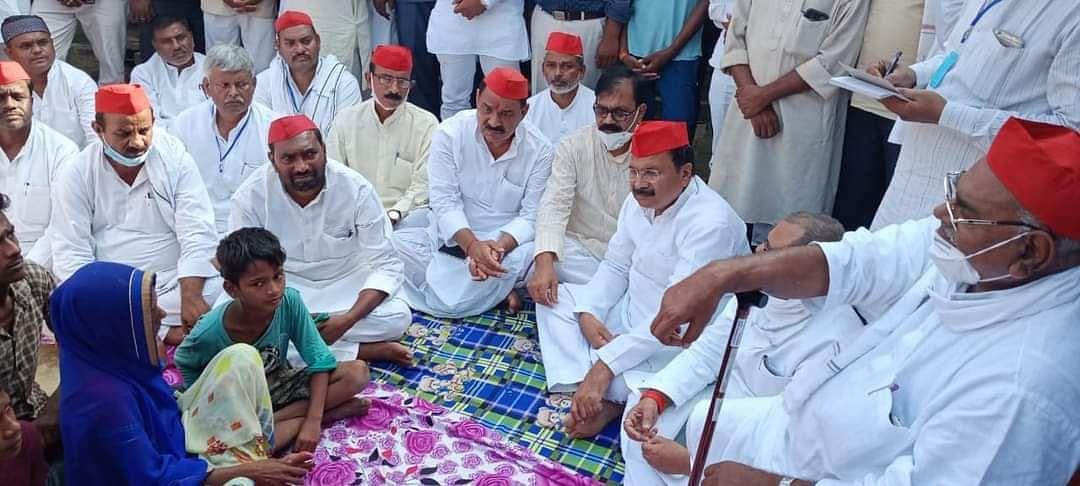 बलिया कांड : दुर्जनपुर में पीड़ित परिवार से मिला सपा का आठ सदस्यीय दल, उच्चस्तरीय जांच की मांग की