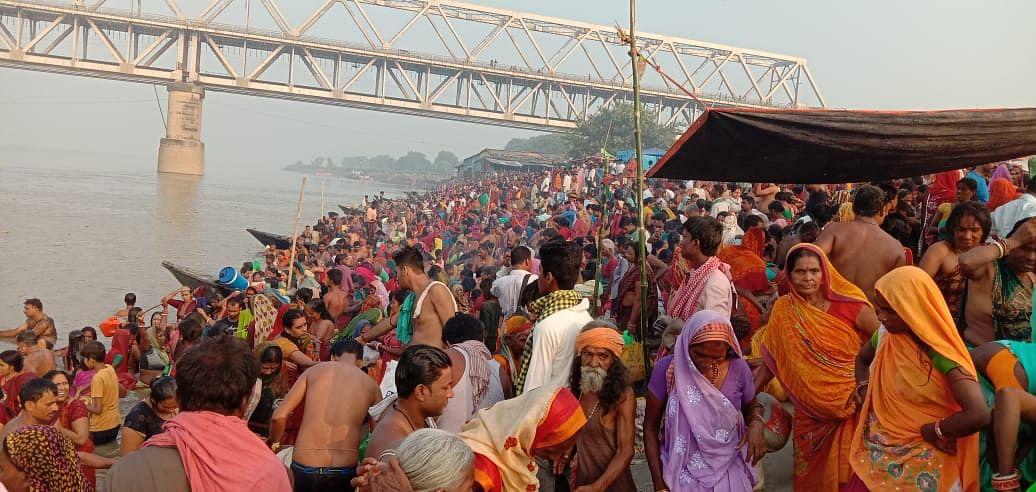 मलमास की समाप्ति और नवरात्रि पूजा को लेकर गंगा घाटों पर उमड़ा सैलाब