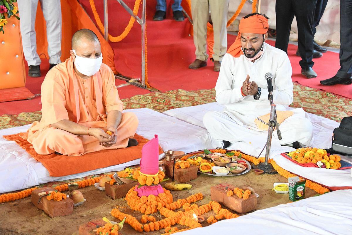 मुख्यमंत्री योगी ने बलरामपुर में किया केजीएमयू सेटेलाइट सेंटर का शिलान्यास