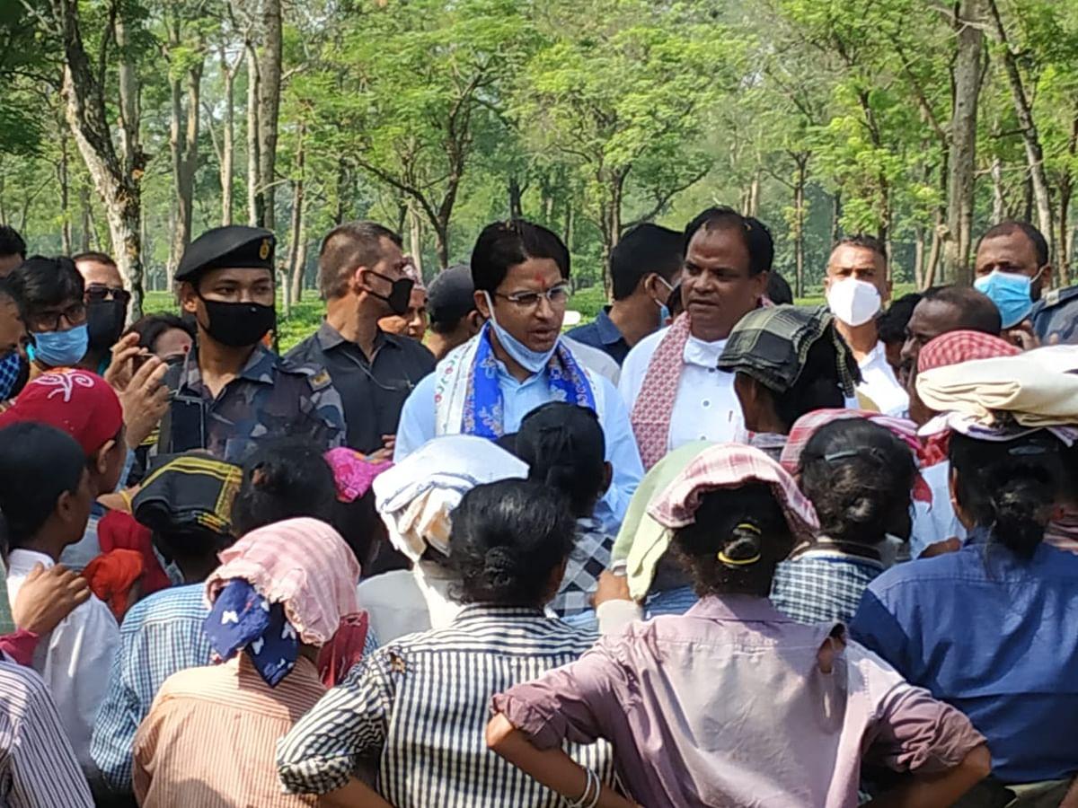 सांसद राजू बिष्ट ने किया विभिन्न चाय बागानों का निरीक्षण, दिखाया गया काला झंडा