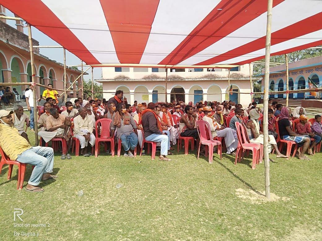 मधुबनी में पीएम मोदी को सुनने-देखने के लिए कई जगहों पर एलईडी मंच के सामने उमड़े लोग