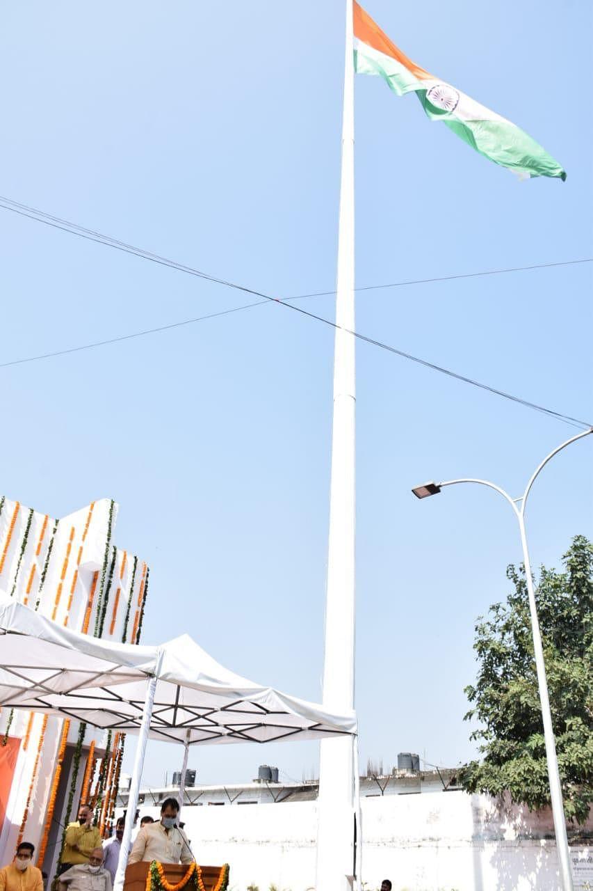 देहरादून के उत्तराखंड विधानसभा भवन में लगा 101 फीट ऊंचा राष्ट्रीय ध्वज