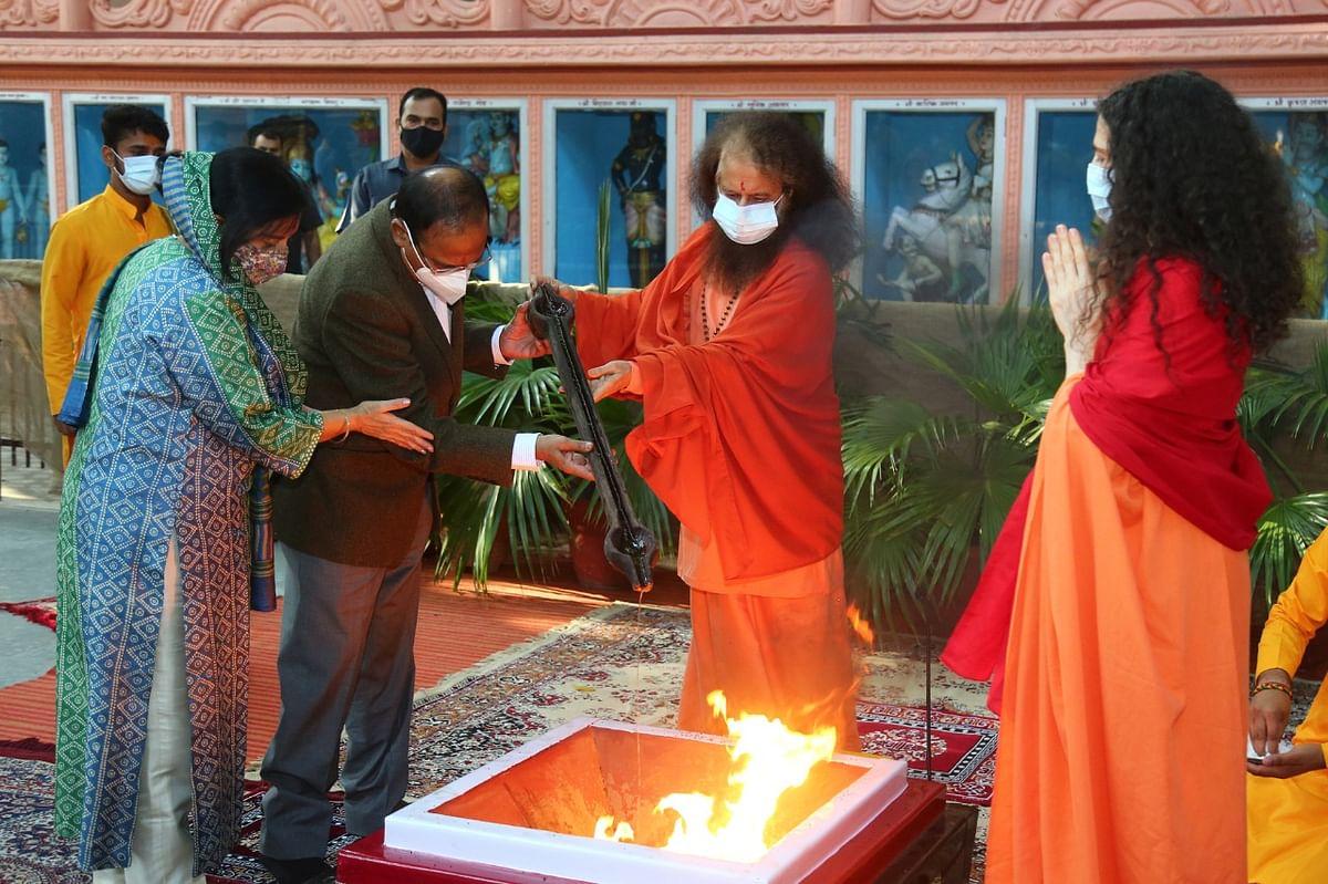 राष्ट्रीय सुरक्षा सलाहकार अजीत डोभाल ने परमार्थ निकेतन में गंगा आरती में हिस्सा लिया