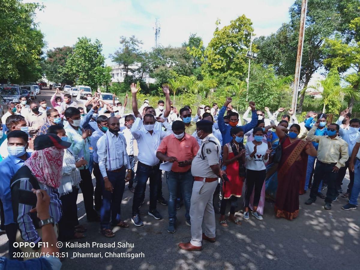 अनुकंपा नियुक्ति को लेकर डीईओ कार्यालय के सामने शिक्षकों ने किया प्रदर्शन
