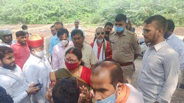 चट्टा हटवाने गयी महापौर व नगर निगम टीम पर पथराव से भाजपा कार्यकर्ता घायल