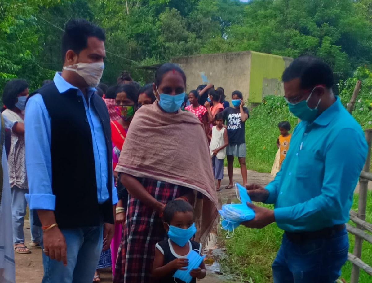सामाजिक संस्था ने ग्रामीणों के बीच किया मास्क का वितरण