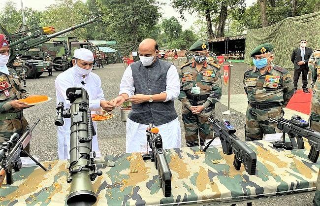 राजनाथ ने सुकना युद्ध स्मारक में किया शस्त्र पूजन