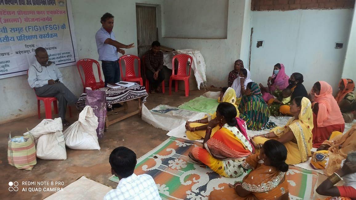 जिले में पहली बार महिला समूह बनायेंगी मुर्गी आहार, दिया जा रहा प्रशिक्षण