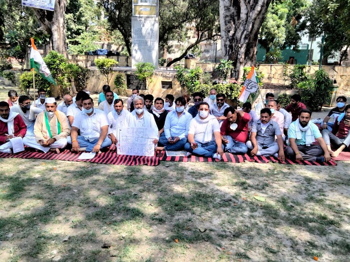 हाथरस के डीएम को हटाने की मांग को लेकर गांधी की प्रतिमा के नीचे दिनभर धरने पर बैठे कांग्रेस