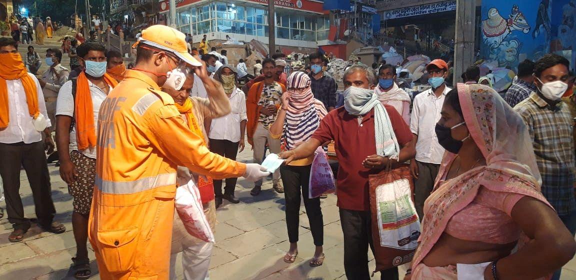 गंगा आरती के बीच एनडीआरएफ के जवानों ने लोगों के हाथों को सैनिटाइज कराया
