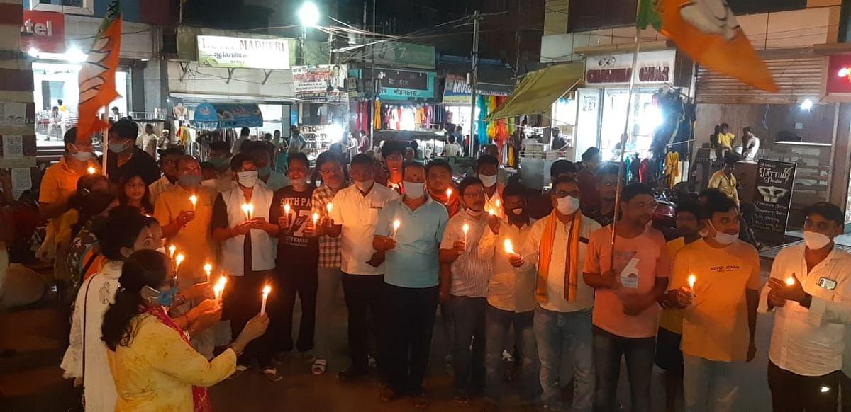 भाजपा कार्यकर्ताओं ने गैंगरेप पीड़िता के लिए कैंडल मार्च निकाला