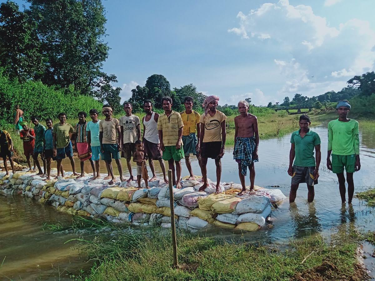 ग्रामीणों ने श्रमदान कर बनाया बोरी बांध