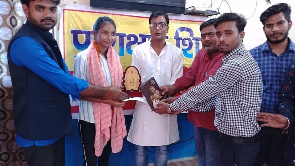 बीएचयू बीकॉम की प्रवेश परीक्षा में टॉपर अर्चना को किया गया सम्मानित