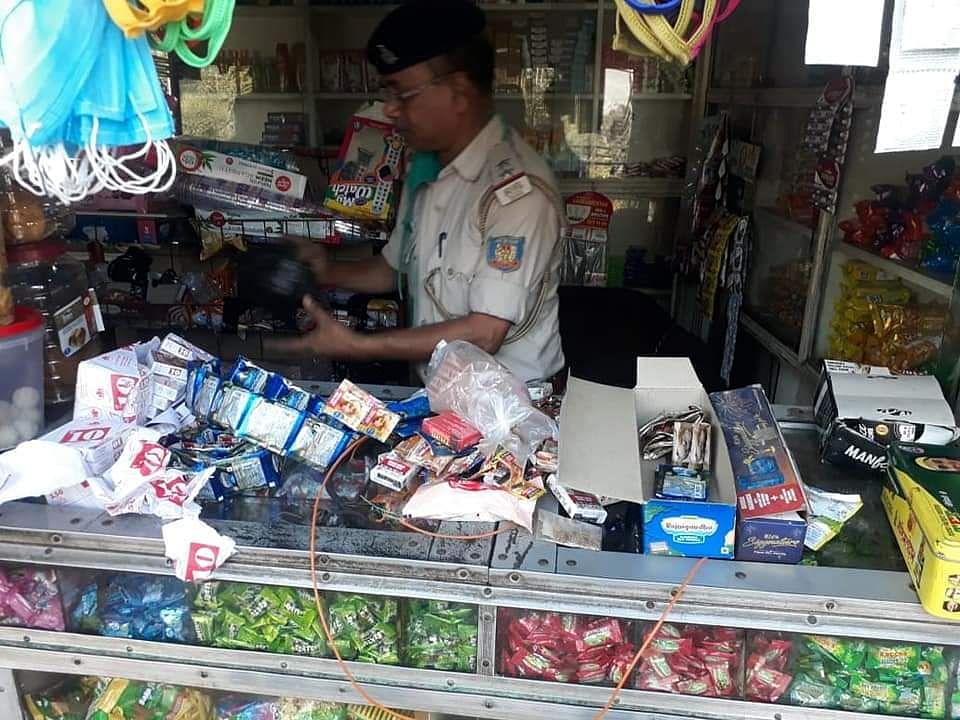अवैध तरीके से चल रहे गुटखा बिक्री पर रोक लगाने के लिए पुलिस ने की छापेमारी