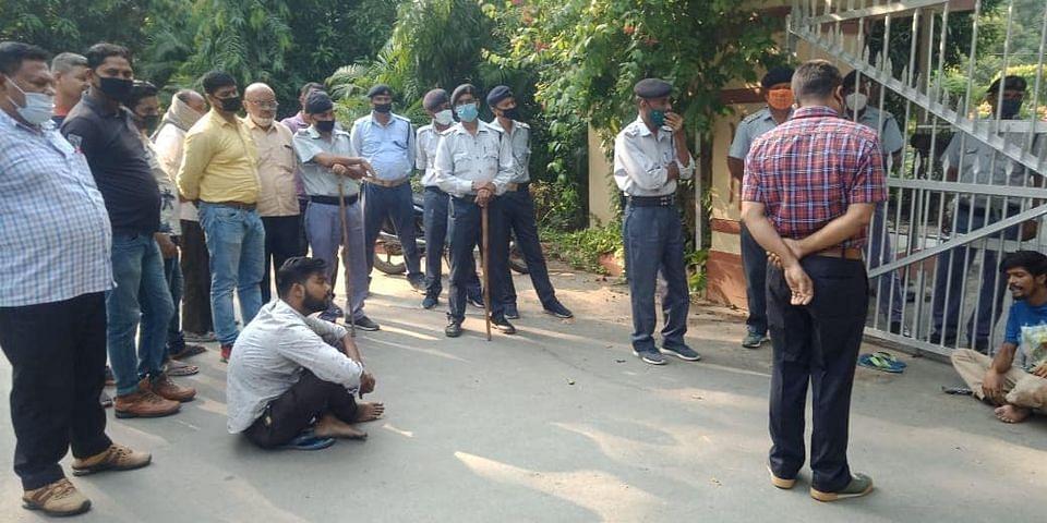 बीएचयू कुलपति आवास पर धरने पर बैठे दो छात्र, डिबार हटाने की मांग