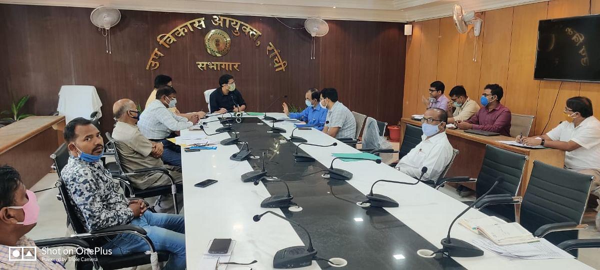 डीडीसी ने डीएमएफटी और सीएसआर की समीक्षा बैठक की