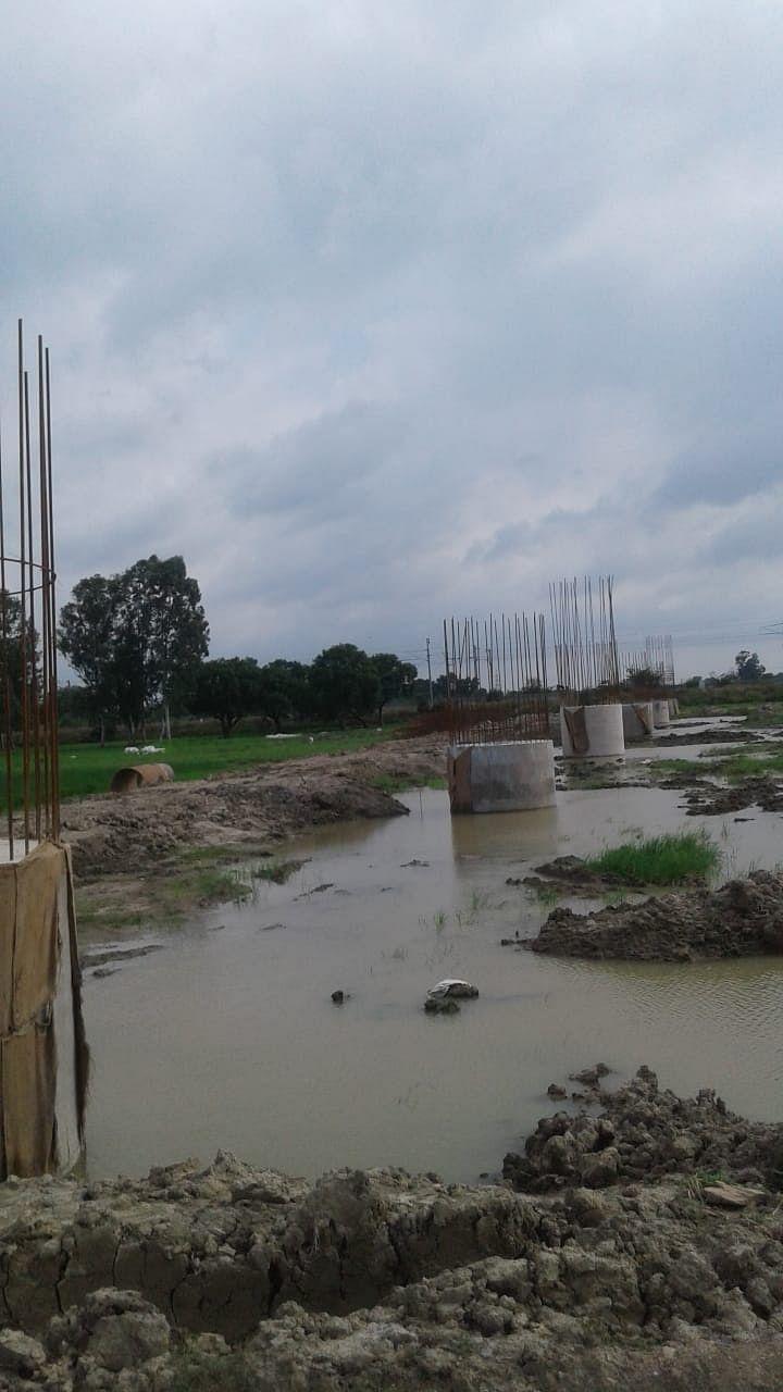 राज्य ब्रिज कारपोरेशन के कर्मचारियों ने किसानों को उलझाया