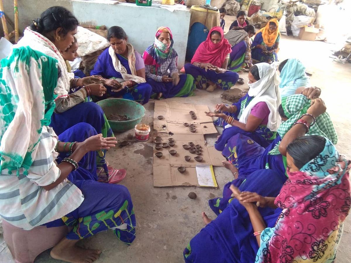 छत्तीसगढ : नवागढ़ की महिला स्व-सहायता समूह बना रही है गोबर मिश्रित आकर्षक दीया