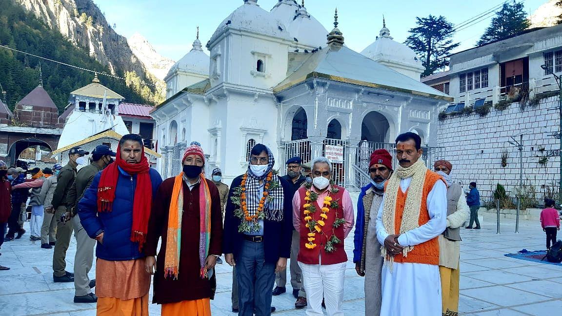 केंद्रीय मंत्री मांडविया और मदन कौशिक ने गंगोत्री धाम के दर्शन किए