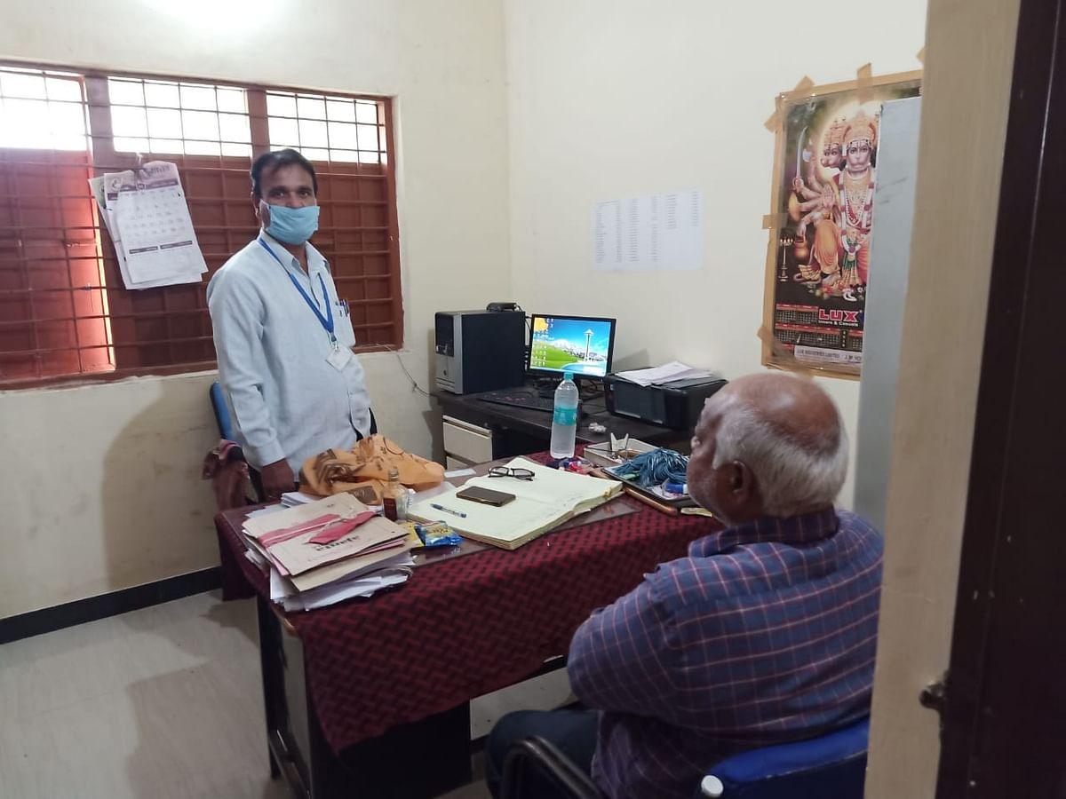 पशु चिकित्सा कार्यालय में बैठकर शराब पी रहे थे लेखापाल और डॉक्टर