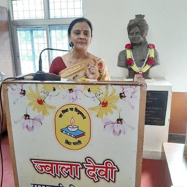 आंग्ल भाषा हिन्दी भाषा की छोटी बहन : प्रो सत्यमबदा