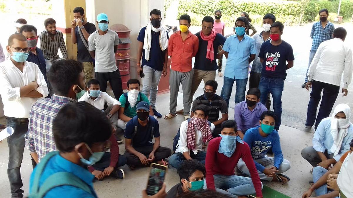 बीएचयू में छात्रावास और पुस्तकालय खोलने की मांग, छात्रों ने किया प्रदर्शन