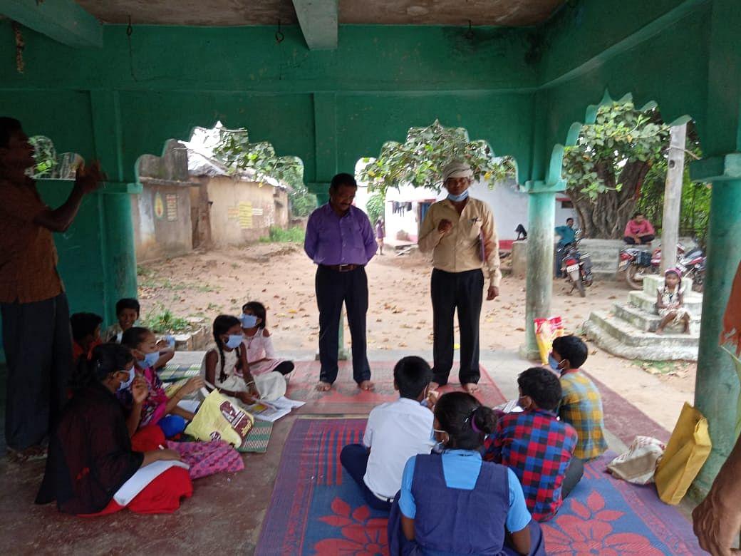 मोहल्ला क्लास मेें बच्चों को काेराेना वायरस से बचाव के तरीके बताए गए