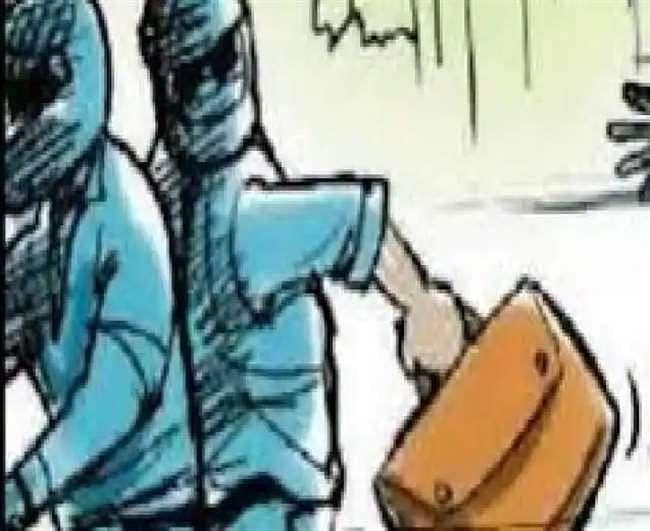 सीआईडी अधिकारी बनकर लुटेरों ने फर्म कर्मी से लूटे 5.15 लाख रुपये, सीसीटीवी में कैद