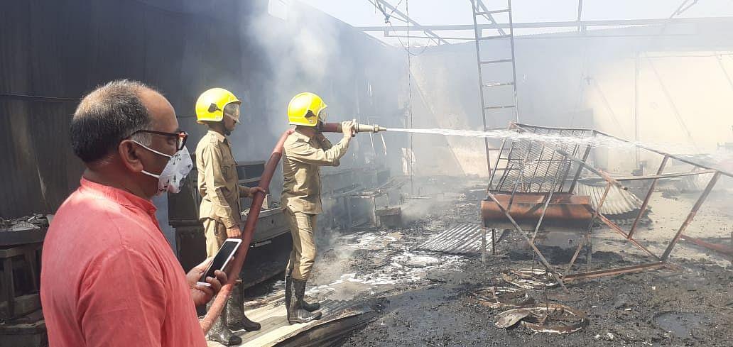 शॉर्ट सर्किट की वजह से इकाई में आग लगने से लाखों का नुकसान