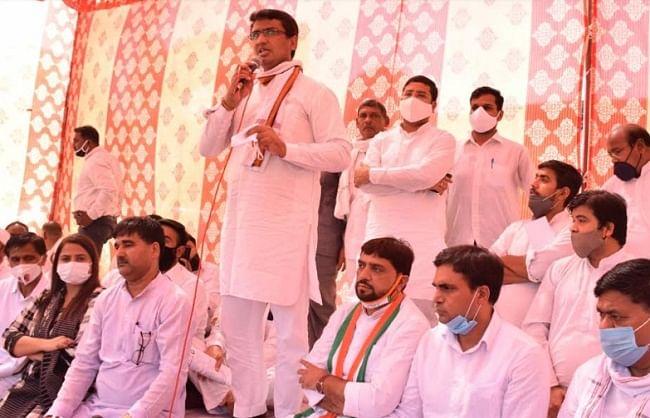 एमसीडी कर्मचारियों के समर्थन में दिल्ली कांग्रेस का धरना