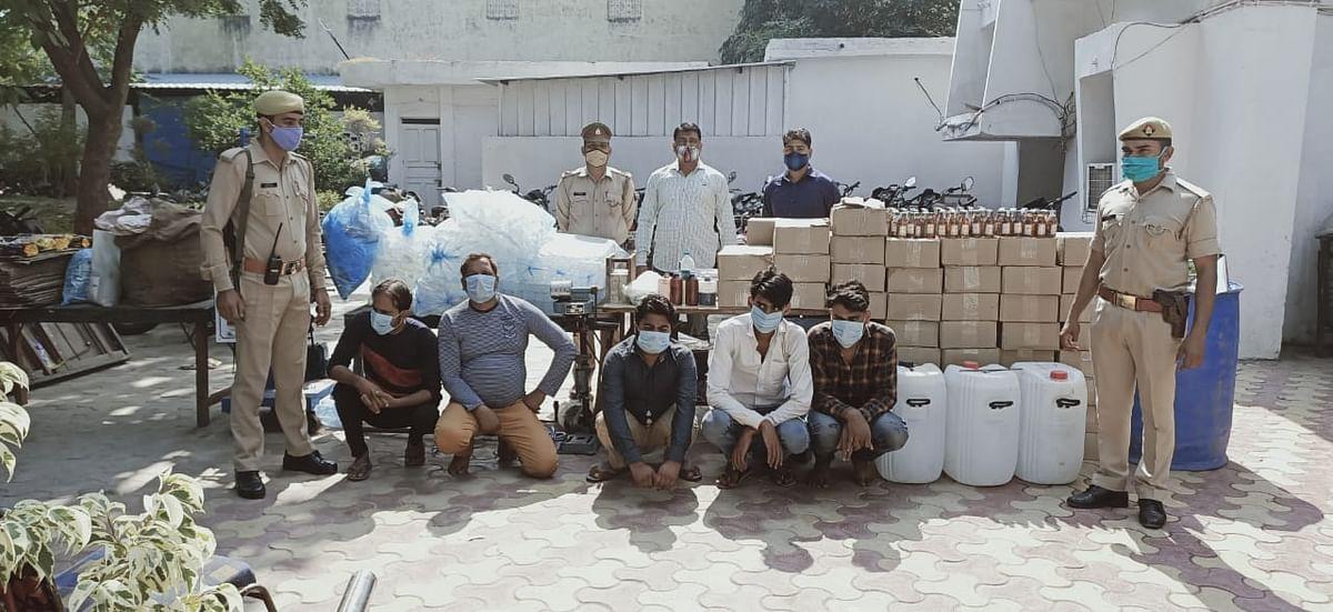 एनसीआर में नकली शराब बनाकर सरकारी दुकानों पर बेचने वाले गिरोह का भंडाफोड़, पांच गिरफ्तार