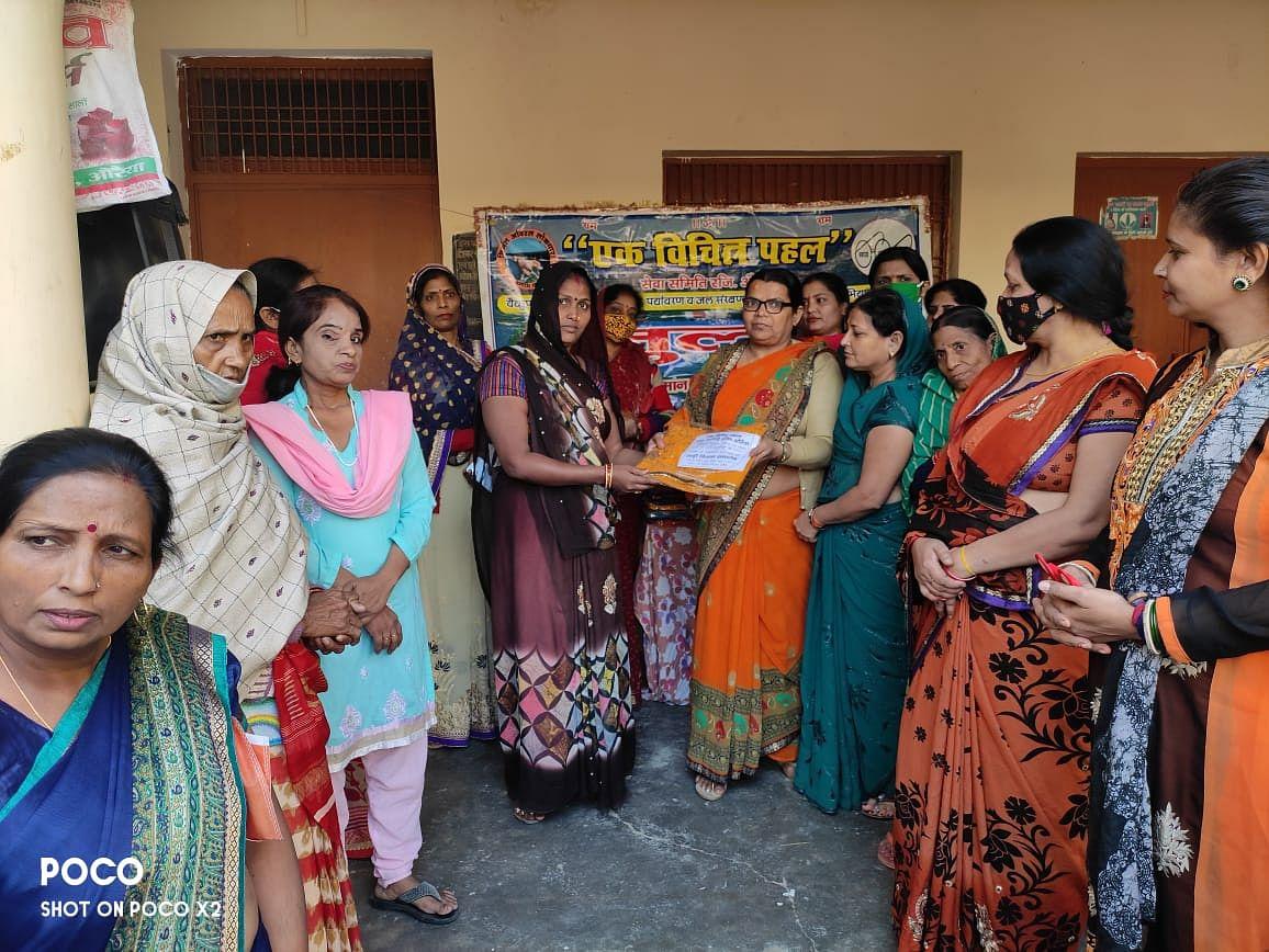 शादी की वर्ष गांठ पर समाजसेवी ने 51 महिलाओं को बांटी साड़ियां