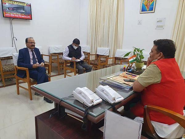वाराणसी कैन्ट और शिवपुर रेलवे स्टेशन के विकास के लिए राज्य मंत्री ने की बैठक
