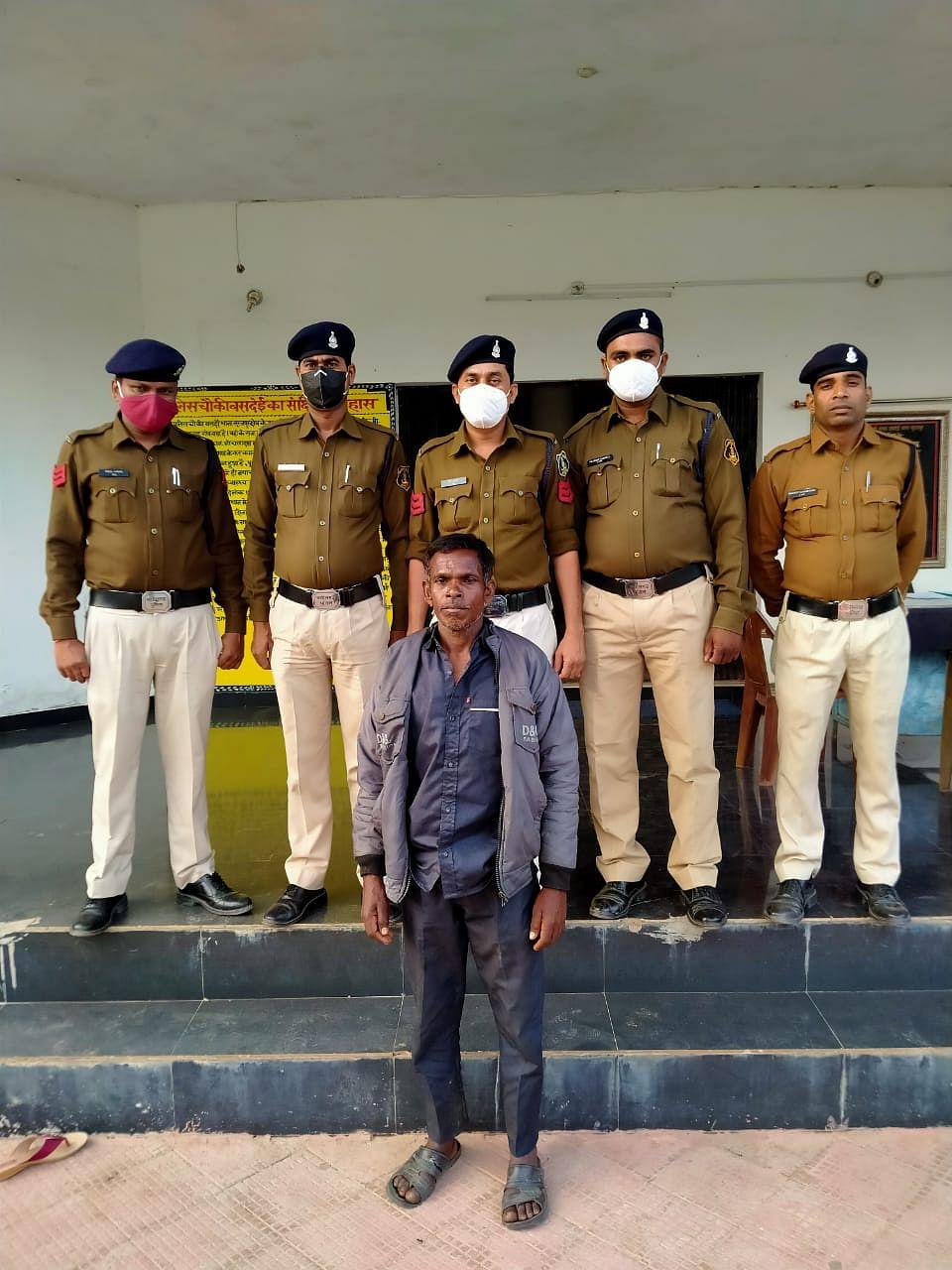 सूरजपुर पुलिस ने हत्यारे पति को किया गिरफ्तार, पत्नी की हत्या कर शव को छुपाया था पैरावट में