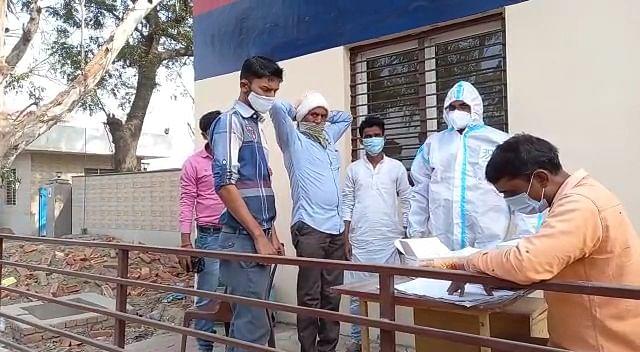 गाजियाबाद-मेरठ बॉर्डर पर लोगों की रैंडम कोरोना जांच