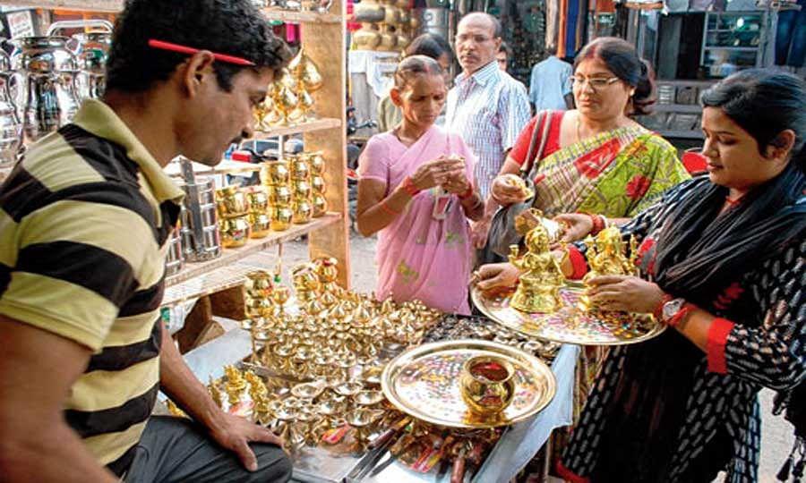 ग्राहकों के उमड़ने से बाजार में छाया धनतेरस का उत्साह, सर्राफा बाजार में छाई रौनक