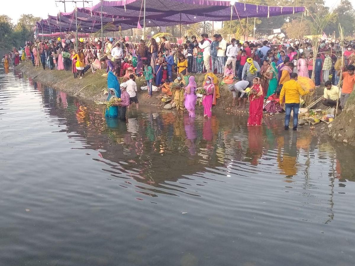 सूर्य उदय अर्ध्य के साथ छठ व्रत हुआ संपूर्ण, व्रती महिलाओं ने उगते सूर्य को अर्ध्य देकर अपने परिवार की सुख समृद्धि के लिए प्रार्थना की
