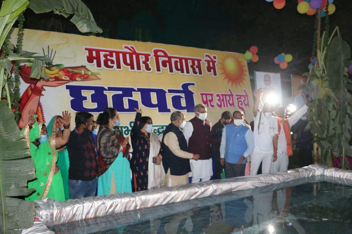 उत्तरी दिल्ली निगम के मेयर हाउस में गुप्ता और सिद्धार्थन ने छठी मैया की आराधाना
