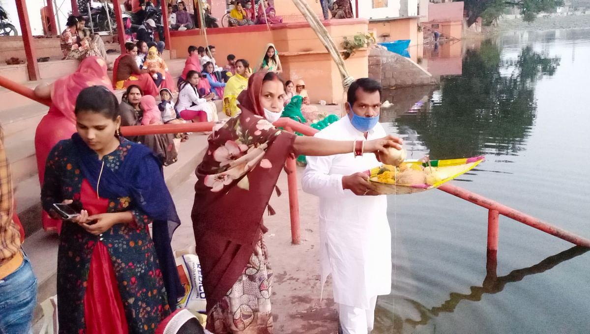 छठ महापर्व की आस्था ललितपुर में दिखी, श्रद्धालुओं ने  डूबते सूर्य को दिया अर्ध्य