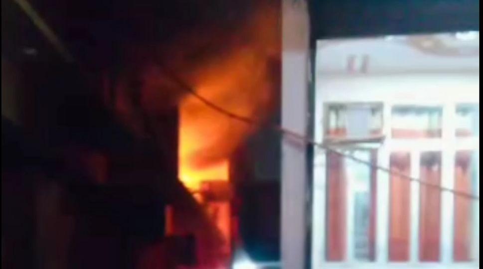 कपड़ा गोदाम में लगी भीषण आग, दमकल टीम ने पाया काबू