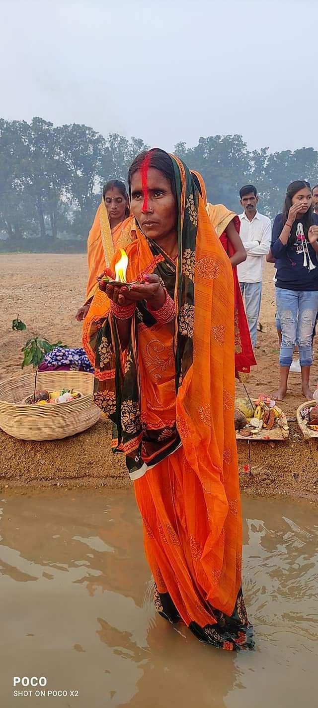 श्रद्र्धालुओं ने सूर्यदेव से इंडिया से कोरोना भगाने की प्रार्थना कीं