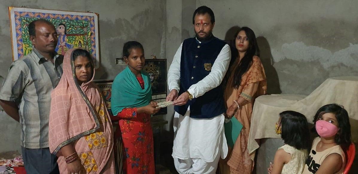 समाजसेवी व लखनपुर नगर परिषद पूर्व अध्यक्ष अरुण शर्मा ने बिहार के दरभंगा जिला की बेटी का मनोबल बढ़ाने के लिए पचास हजार की राशी भेंट की