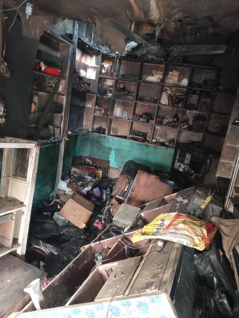 मोबाइल दुकान में लगी आग,लाखों की क्षति