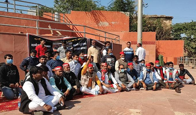 रानी लक्ष्मीबाई की मूर्ति की दुर्दशा पर सपाइयों ने धरना देकर जताया विरोध